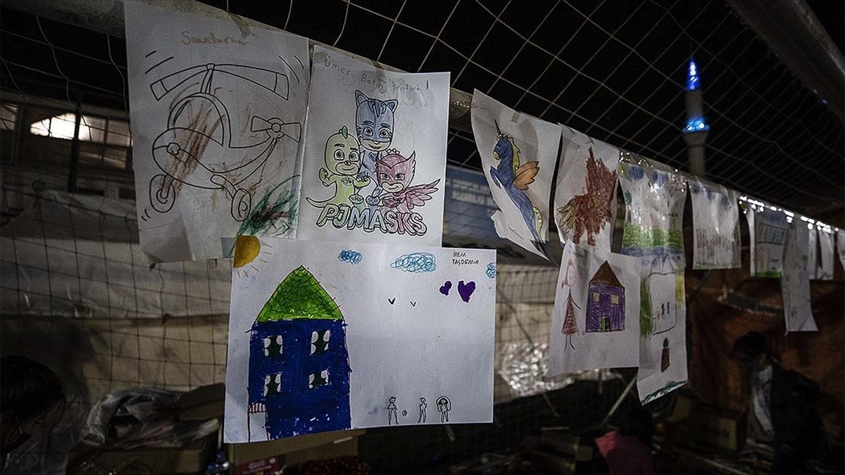 Depremzede çocuklar evlerini çizdikleri resimleri kale direğinde sergiliyor