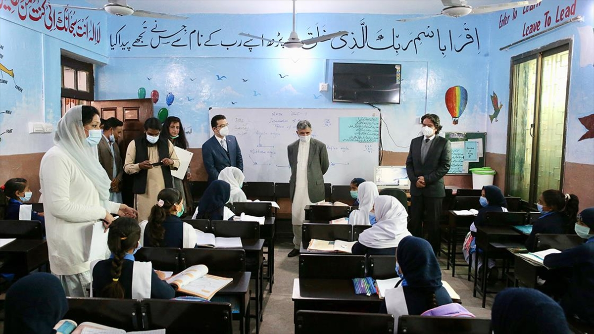 TİKA, Pakistan'da kız öğrencilerin eğitim gördüğü okulu yeniledi