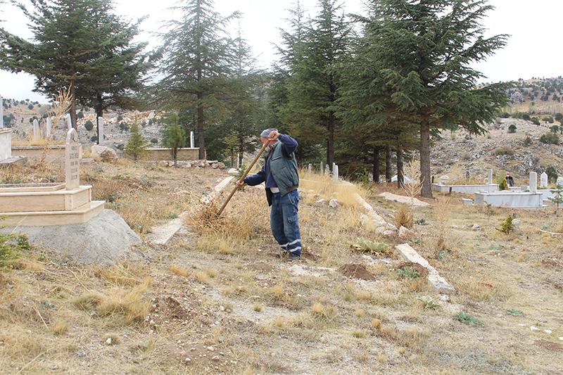 Büyükşehir Ekipleri Mezarlıkları Temizliyor