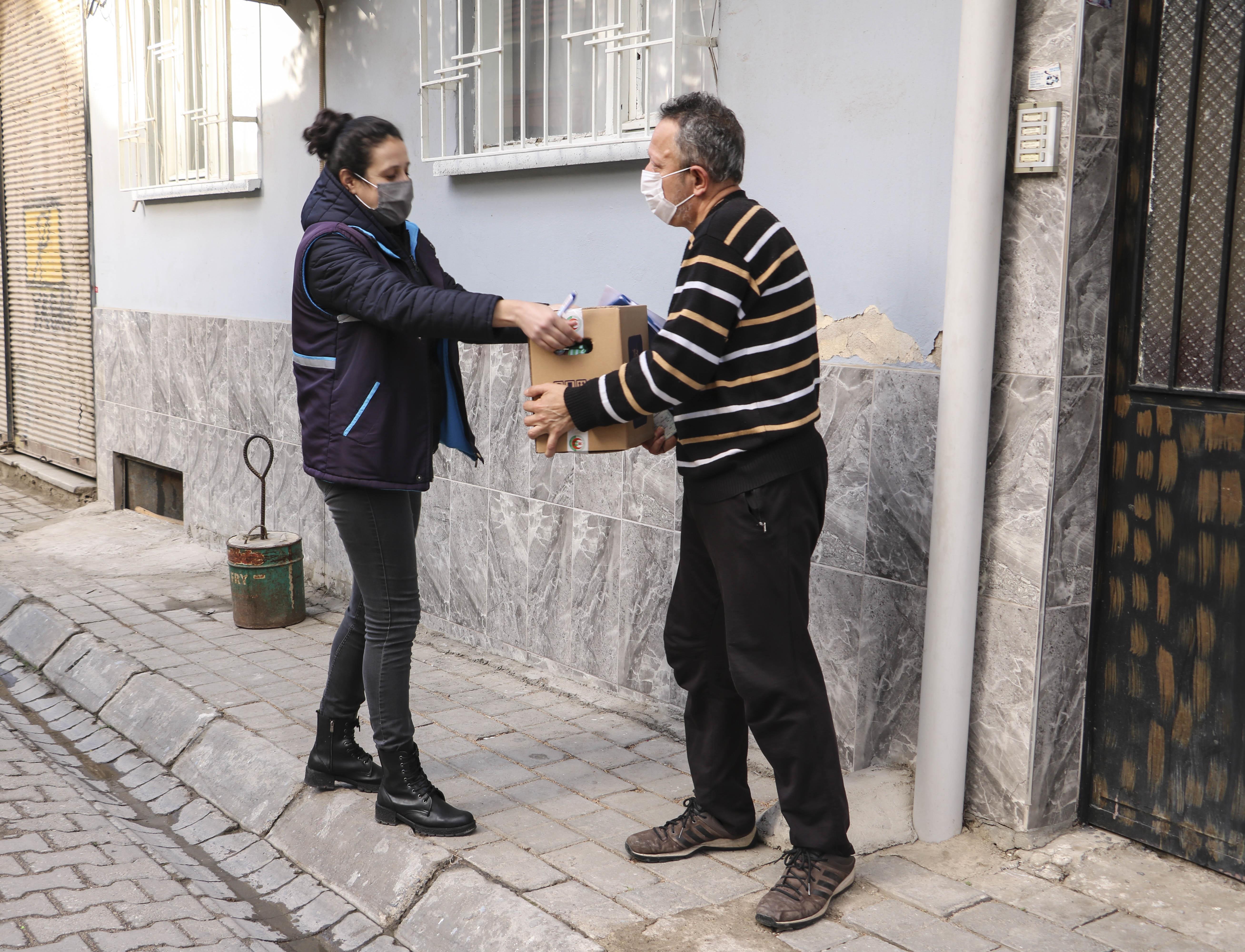 Aydın Büyükşehir Belediyesi'nden kepenk kapatan esnafa gıda desteği