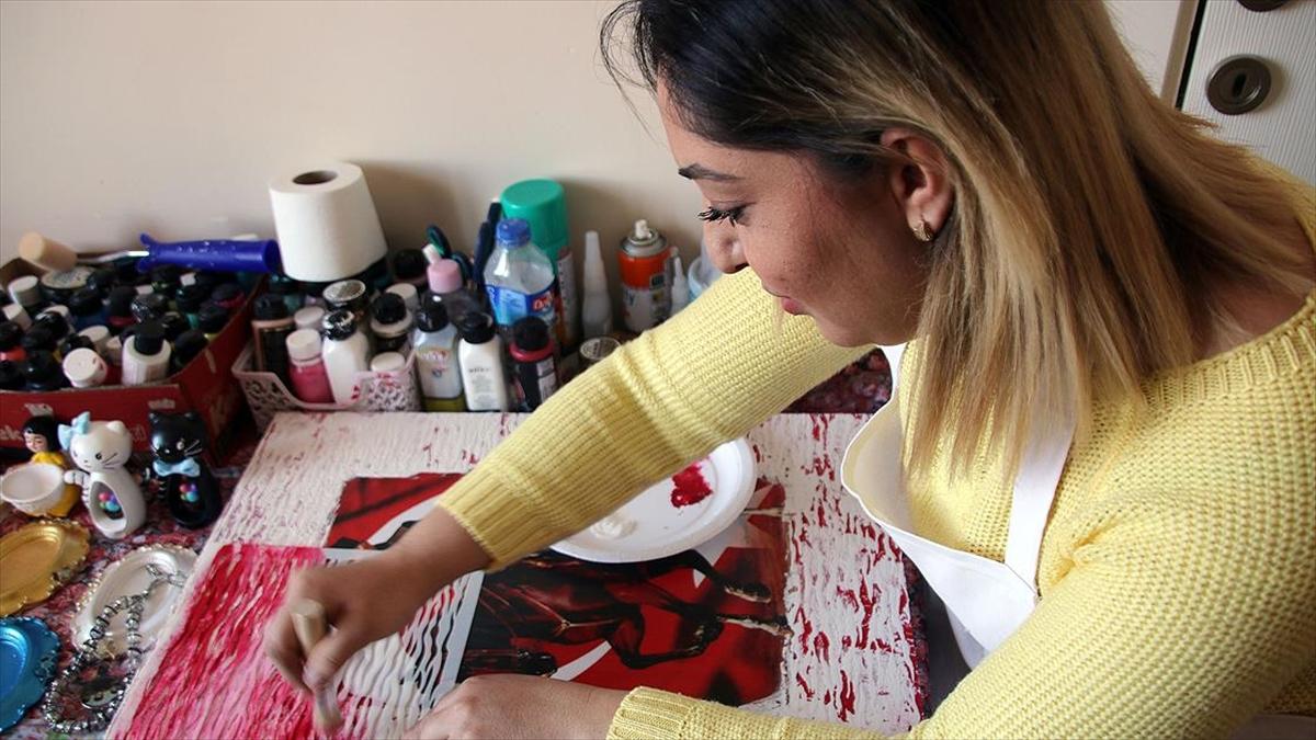 Girişimci kadın, evinde kurduğu 'mini atölye' ile ailesinin geçimini sağlıyor