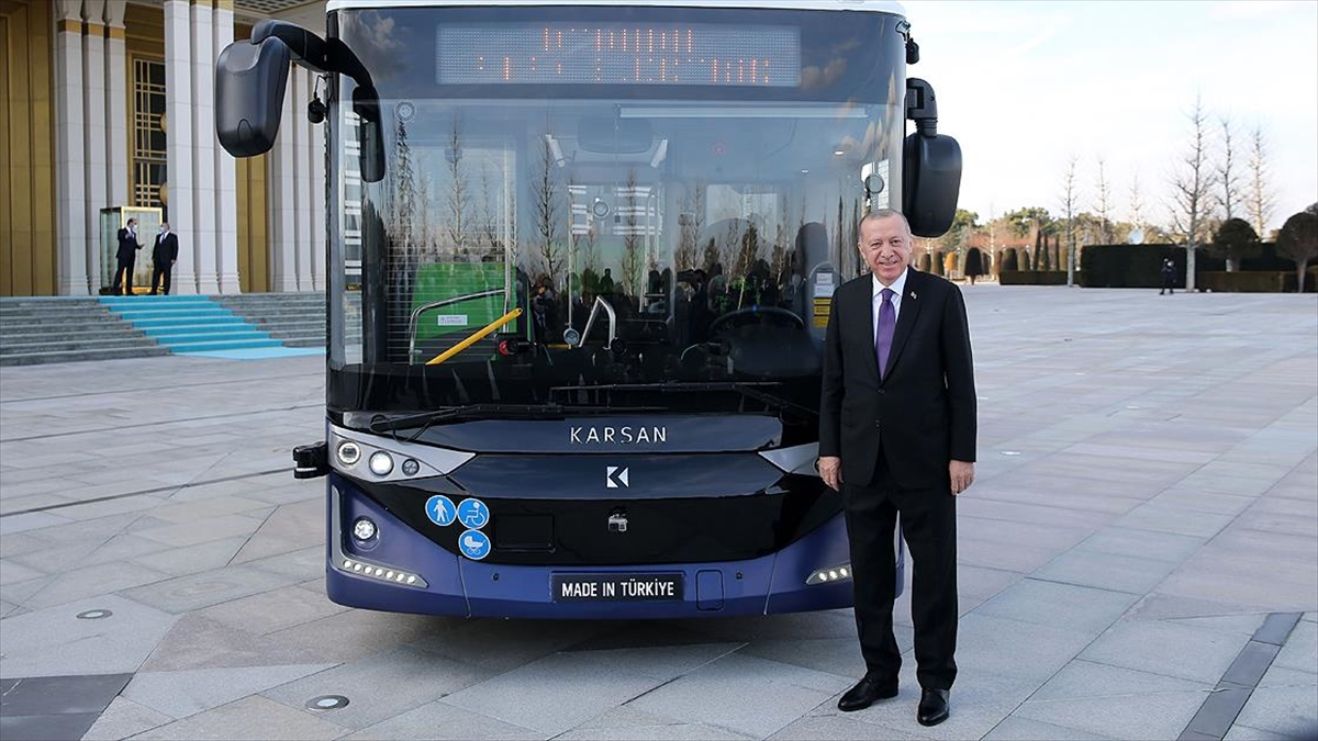 Türk mühendislerince geliştirilen dünyanın ilk seri üretim 4. seviye sürücüsüz elektrikli otobüsü tanıtıldı