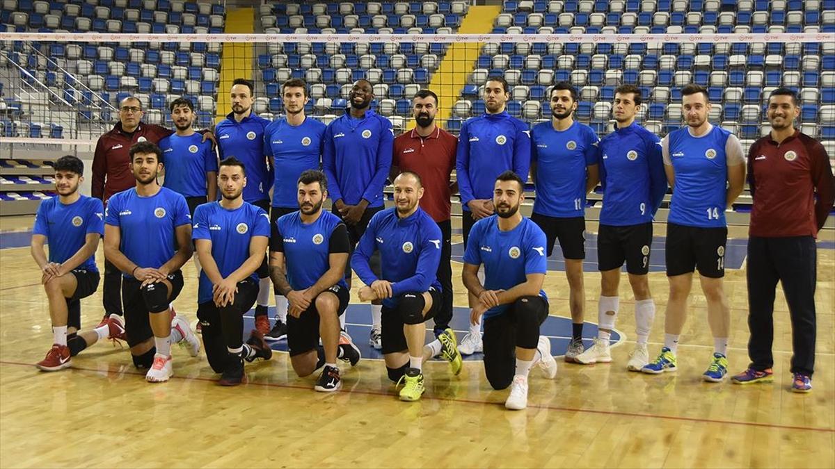 Kovid-19'u yenen voleybol takımı oyuncuları gençlere tedbirli olmaları uyarısında bulundu
