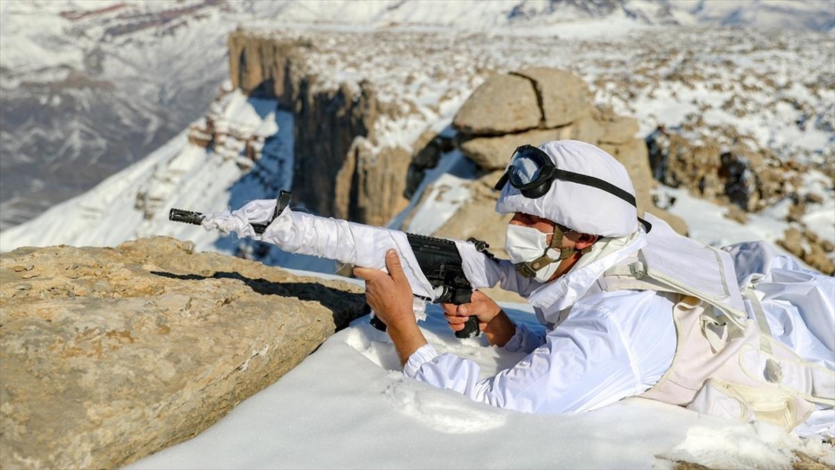 Mehmetçik dondurucu soğuk ve kar fırtınasına rağmen vatan nöbetine devam ediyor