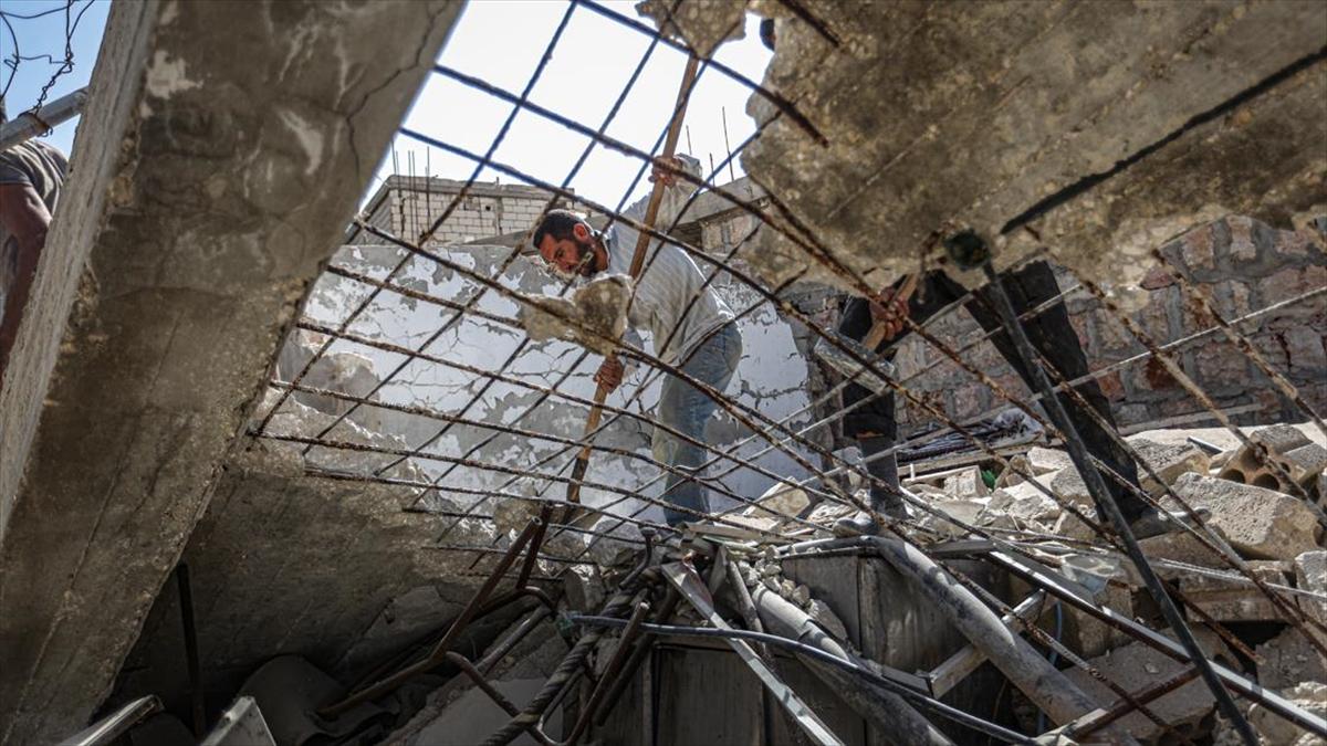 İdlibliler geçimlerini yıkılan evlerinin enkazındaki demirlerde arıyor
