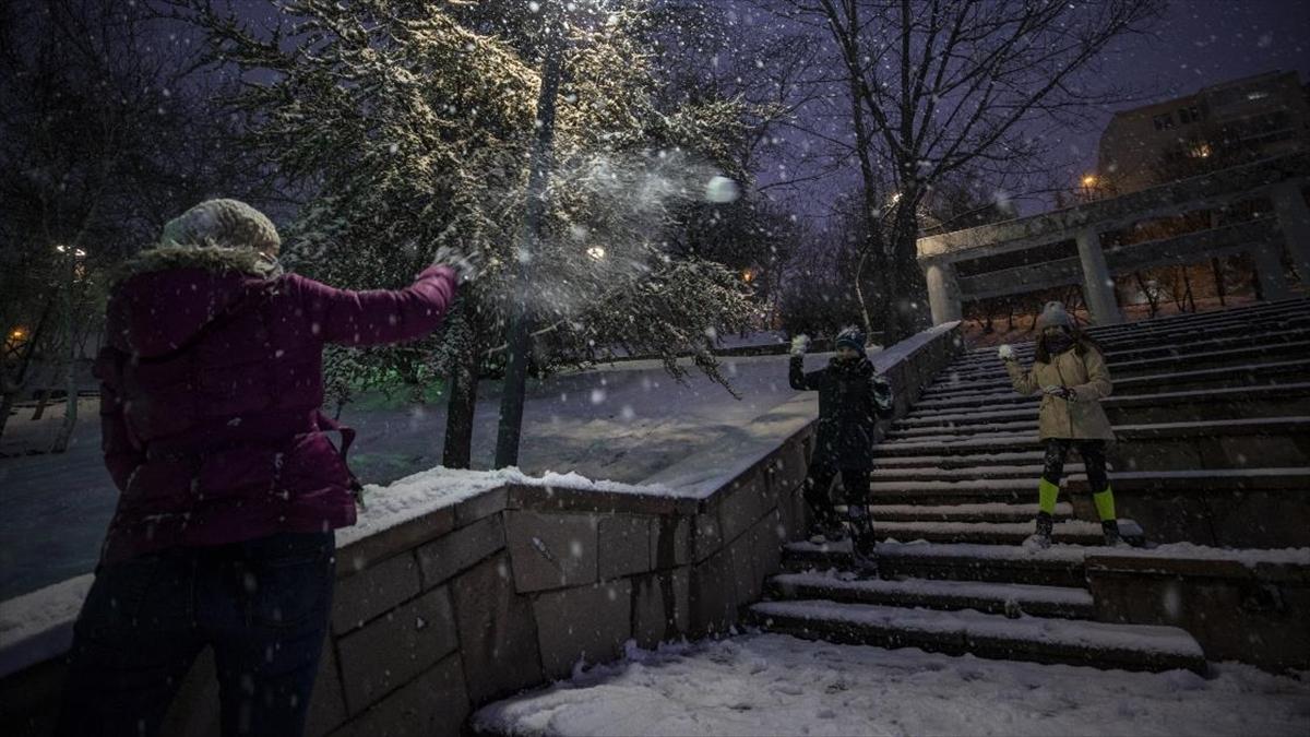 Ankara'da kar yağışı akşam saatlerinde etkisini artırdı