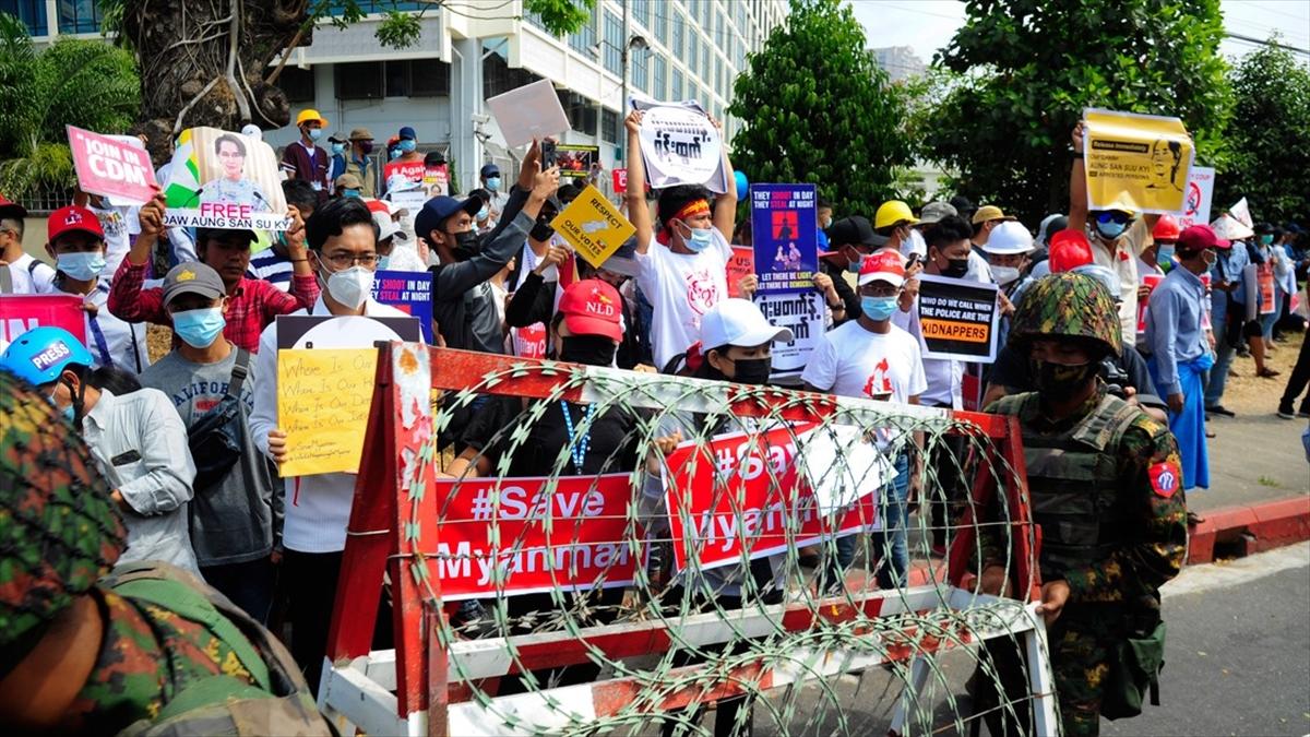 Myanmar'da protestolar internet erişimi yasaklarına rağmen sürüyor