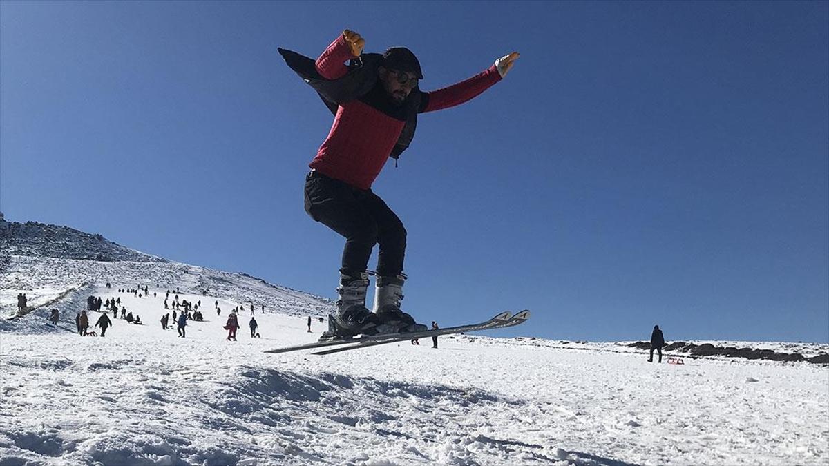 'Güneydoğu'nun Uludağı' karın erimeye başlaması nedeniyle sezonun son kayakçılarını ağırlıyor