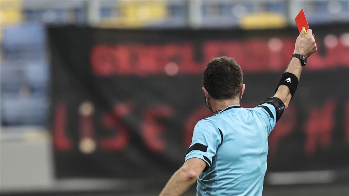 Süper Lig'de kırmızı kartlar arttı, sarı kartlar azaldı