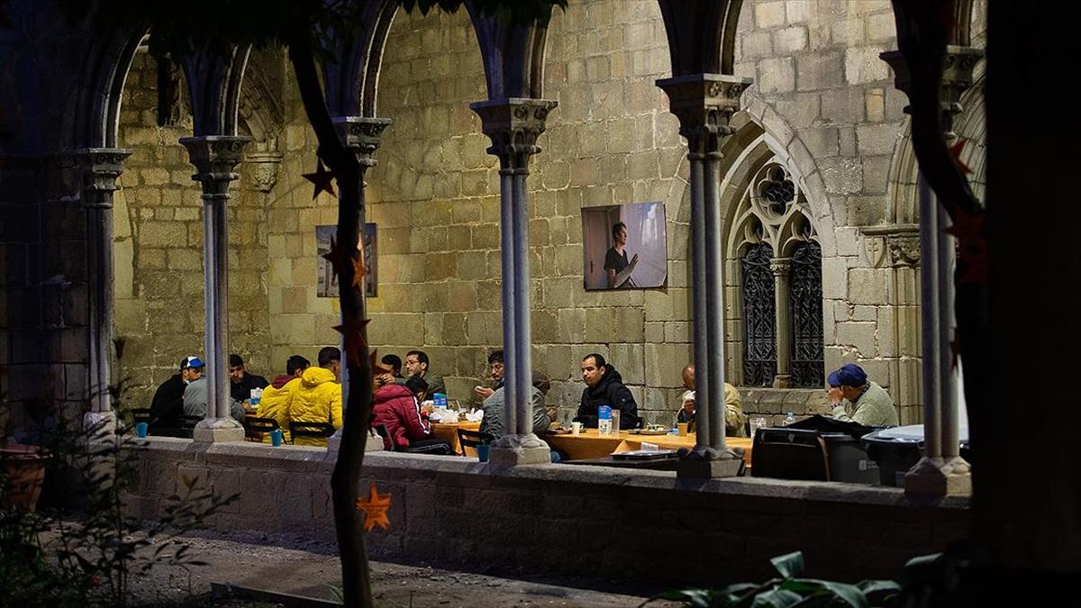 Salgın nedeniyle Barselona'daki Müslümanlar ilk kez kilise avlusunda iftar yapıyor
