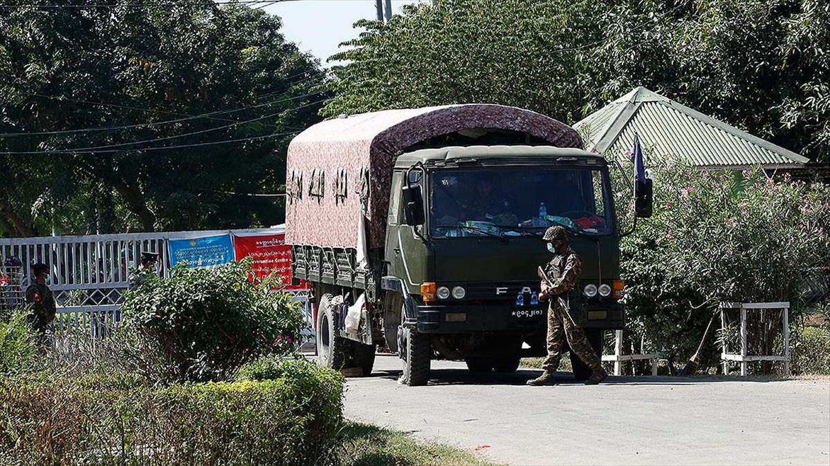 Myanmar'ın devrik liderleri Suu Çii ve Myint'in 'bilinmeyen bir yere' götürüldüğü iddia edildi