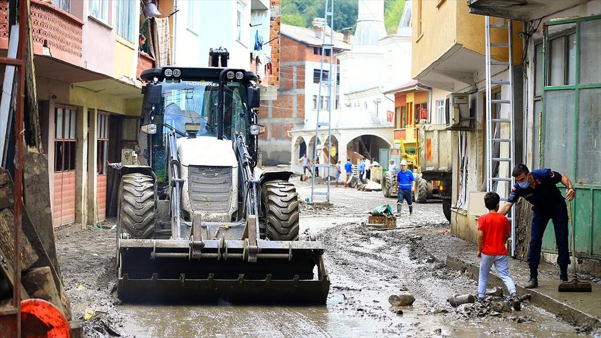 Bartın'da selden etkilenen alanlarda temizlik çalışmaları sürüyor