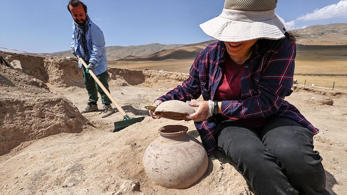 Çavuştepe Kalesi'nde bulunan 45 urne arkeologlarca mercek altına alındı