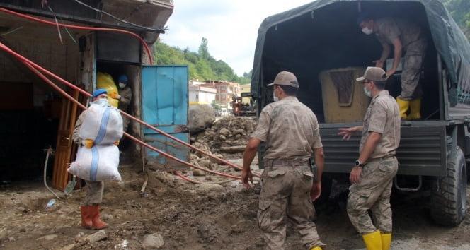 Giresun'da selzedelerin ev eşyaları askeri araçlarla taşınıyor