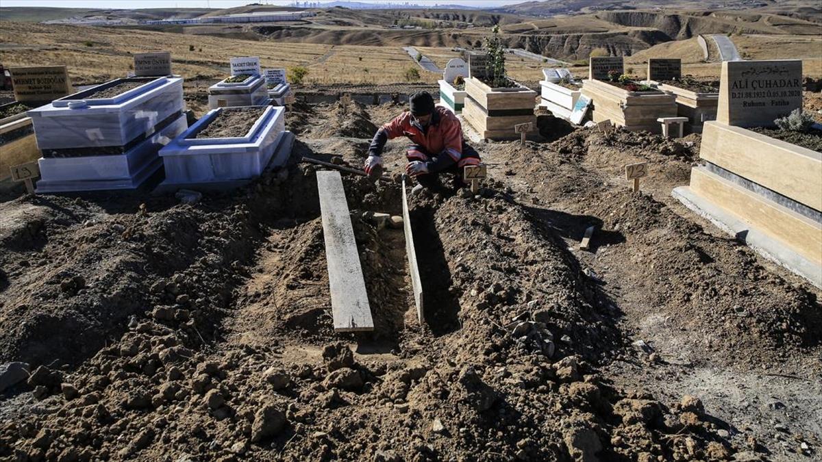 Kovid-19'dan hayatını kaybedenlerin defnedildiği Ortaköy Mezarlığı hüzünlü hikayelere tanıklık ediyor