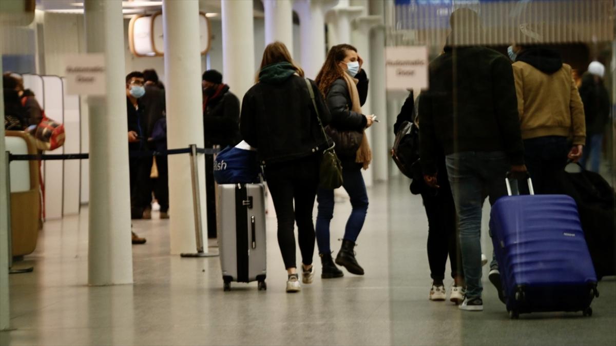 İngiltere'ye seyahat kısıtlamalarının ardından Londra'daki Heathrow Havalimanı'nda yoğunluk oluştu