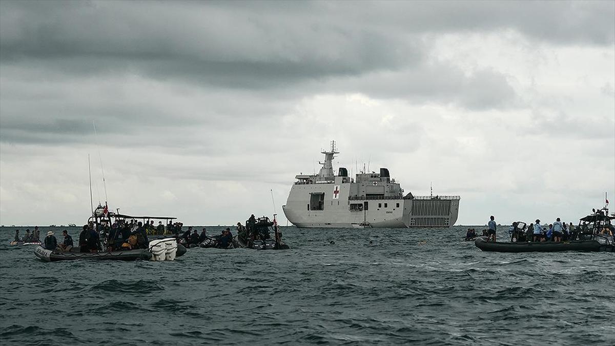 Endonezya'da düşen yolcu uçağı enkazını arama çalışmaları sona erdi