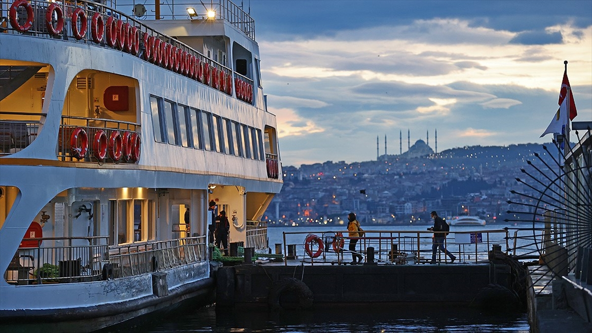Olumsuz hava koşulları İstanbul Boğazı'nda deniz ulaşımını etkiledi