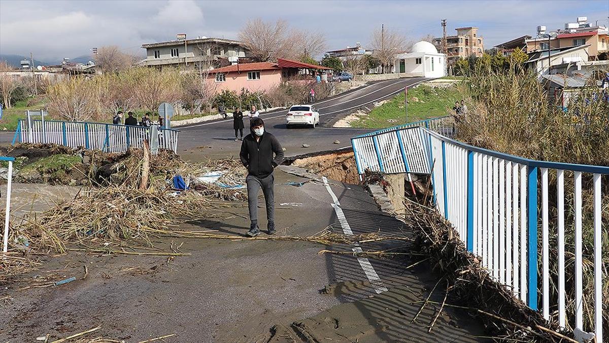 Hatay'da sağanak ve kuvvetli rüzgar nedeniyle bir köprü zarar gördü, tarım arazileri su altında kaldı