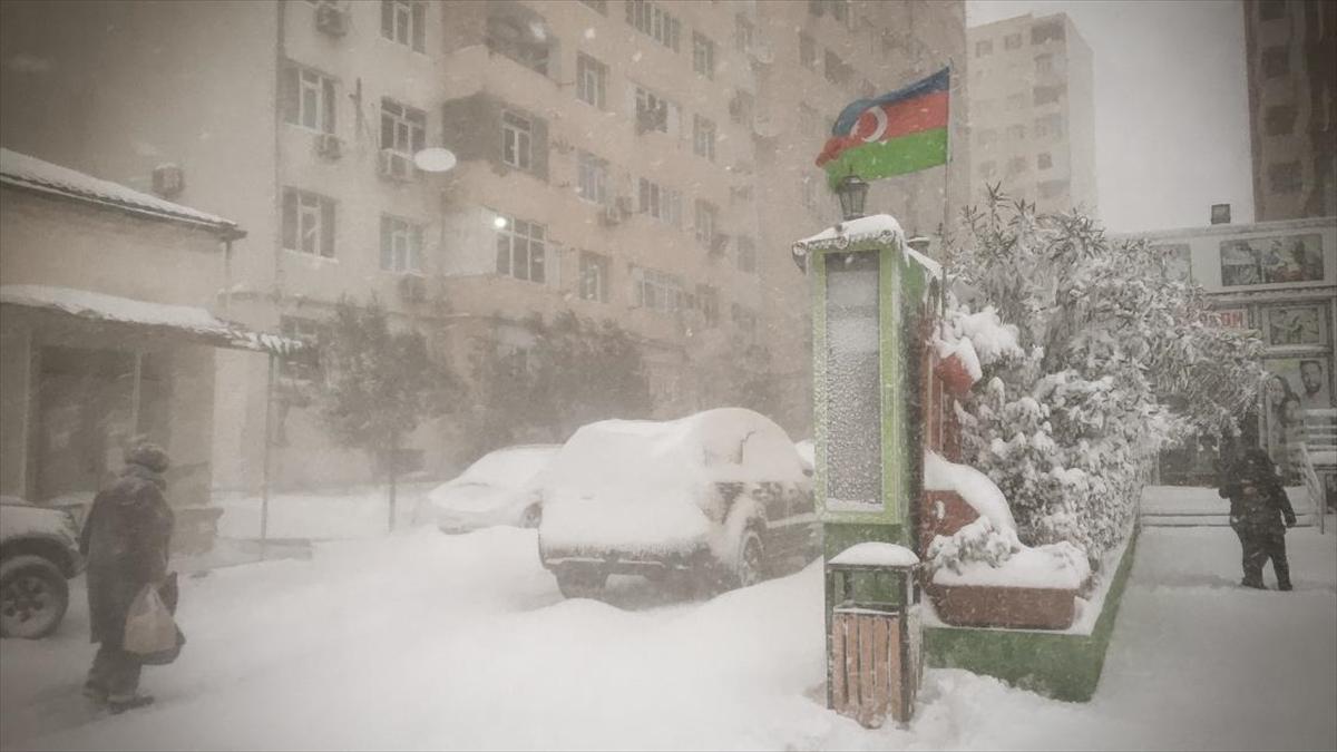 Bakü'de yoğun kar yağışı hayatı olumsuz etkiledi