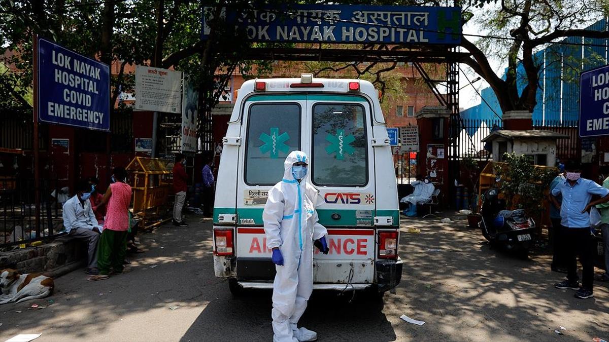 Hindistan'da Kovid-19 salgınında son 24 saatte 3 bin 207 kişi öldü
