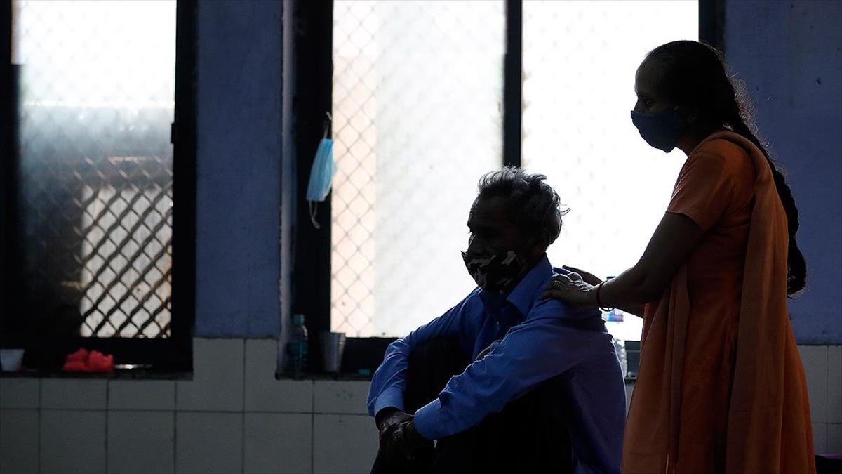 Hindistan'da Kovid-19 salgınında son 24 saatte 2 bin 427 kişi öldü