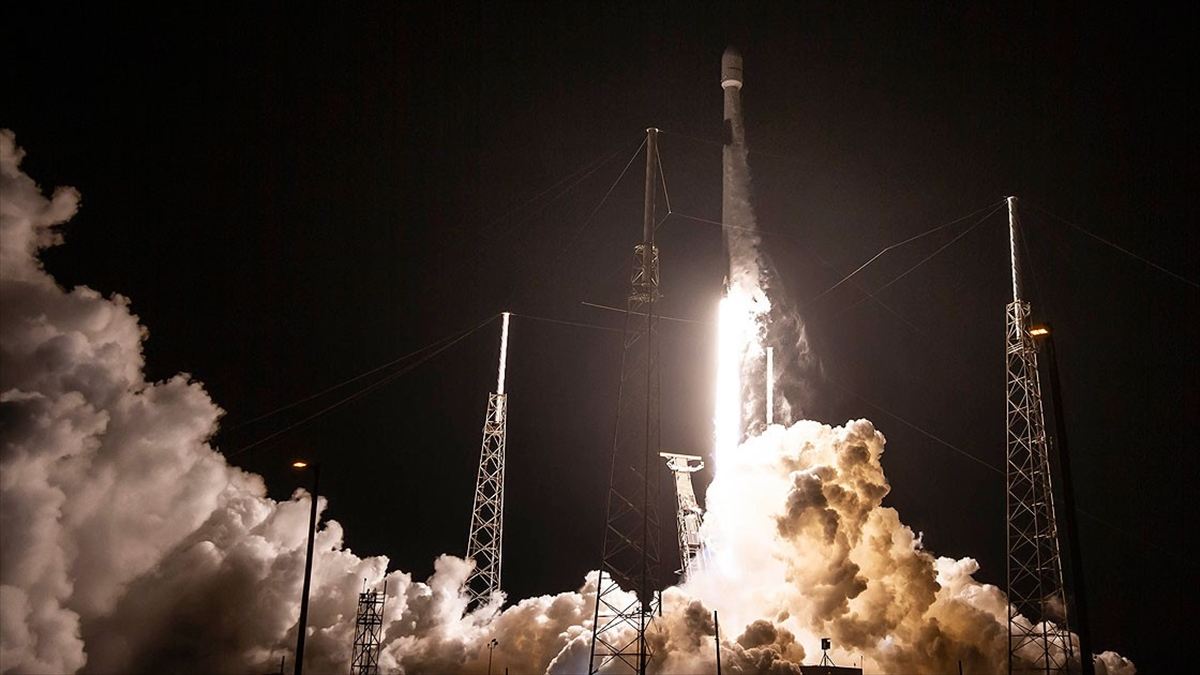 SpaceX 7 tonluk dijital radyo uydusunu uzaya yolladı