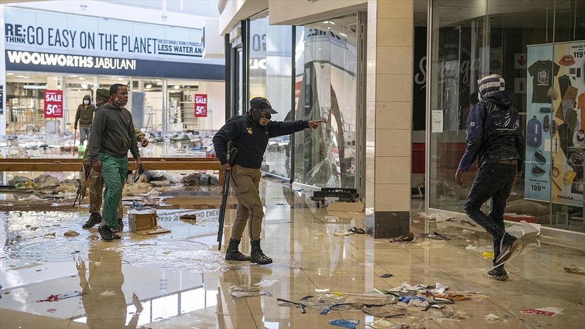 'Güney Afrika'da polis güçleri yağma olaylarının bastırılmasında yetersiz kalıyor'