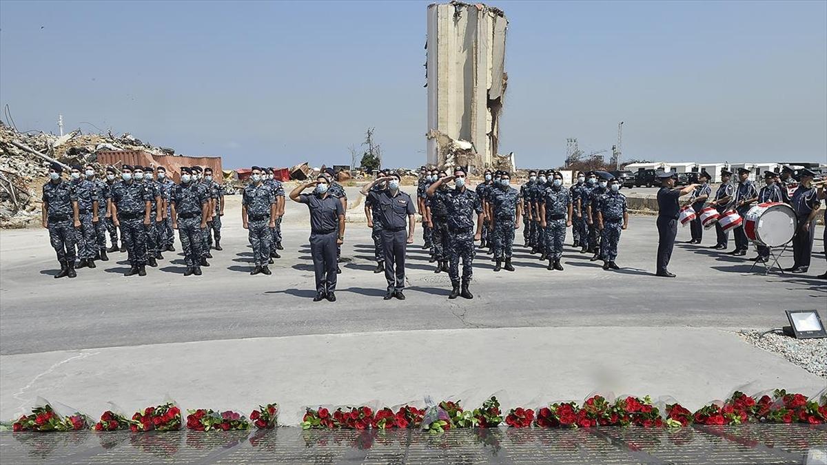 Lübnanlılar birinci yılında Beyrut Limanı'ndaki patlamanın kurbanlarını anıyor