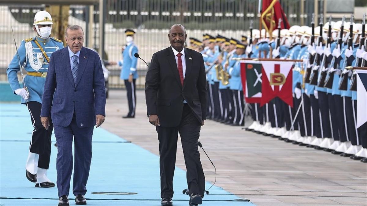 Cumhurbaşkanı Erdoğan Sudan Egemenlik Konseyi Başkanı Burhan'ı resmi törenle karşıladı