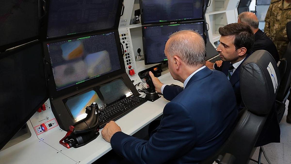 Baykar, Cumhurbaşkanı Erdoğan'ın kendi sesiyle okuduğu Bayraktar Akıncı TİHA yazılımına eklenen mesajını paylaştı