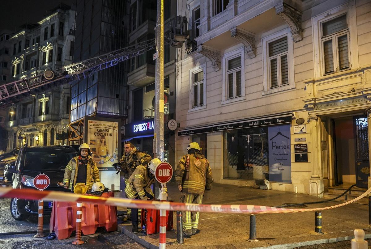 Beyoğlu'ndaki iş merkezinde çıkan yangın söndürüldü