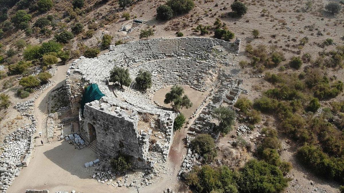 Liman kenti Kaunos'taki Bizans kilisesi ve mezarlar gün yüzüne çıkarılıyor