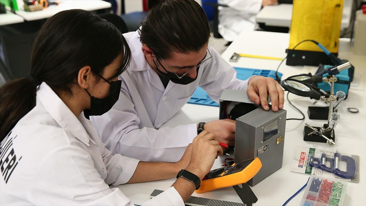 İzmir'de meslek lisesi öğrencileri çalışmalarıyla milli teknoloji hamlesini destekliyor